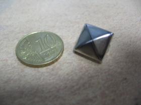 Pyramídka chrómovaná malý plechový cvok na vybíjanie rozmery cca. 14x14mm (cena za 1ks)