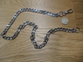 kovová reťazová kľúčenka na nohavice chrómovaná do strieborna, na koncoch s krúžkom a karabínkou dĺžka cca. 80cm