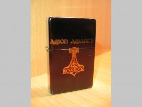 Amon Amarth, doplňovací benzínový zapalovač s vypalovaným obrázkom (balené v darčekovej krabičke)