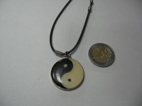 Jin Jang - Yin Yang  kovový chrómovaný prívesok na krk na plastikovej šnúrke s kovovým zapínaním