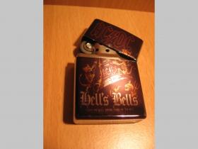 AC/DC Hells Bells  doplňovací benzínový zapalovač s vypalovaným obrázkom (balené v darčekovej krabičke)
