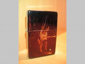 AC/DC doplňovací benzínový zapalovač s vypalovaným obrázkom (balené v darčekovej krabičke)