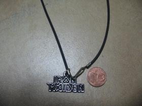 Iron Maiden, kovový chrómovaný prívesok na krk na plastikovej šnúrke s kovovým zapínaním