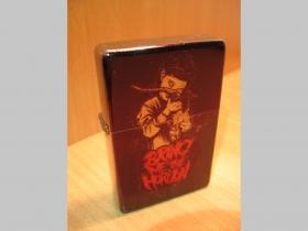 Bring Me The Horizon, doplňovací benzínový zapalovač s vypalovaným obrázkom (balené v darčekovej krabičke)