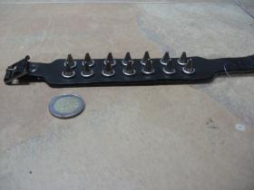 2.radový vybíjaný kožený náramok so stredne vysokými chrómovanými killer špicami, zapínanie na pracku