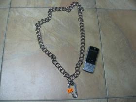 kovová reťazová kľúčenka na nohavice chrómovaná, na koncoch s krúžkom a karabínkou dĺžka cca. 80cm