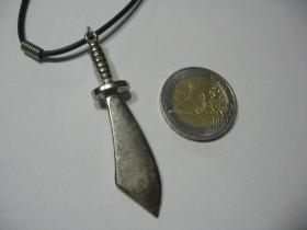 šabľa - meč   kovový chrómovaný prívesok na krk na plastikovej šnúrke s kovovým zapínaním