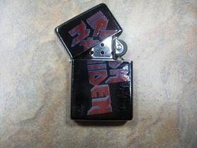Iron Maiden doplňovací benzínový zapalovač s vypalovaným obrázkom (balené v darčekovej krabičke)