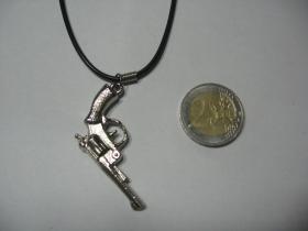 pištol - kolt  kovový chrómovaný prívesok na krk na plastikovej šnúrke s kovovým zapínaním