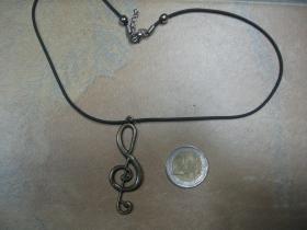 Husľový kľúč  kovový prívesok na krk na plastikovej šnúrke s kovovým zapínaním