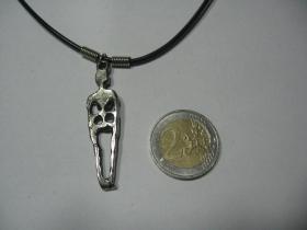 smra - kostra   kovový chrómovaný prívesok na krk na plastikovej šnúrke s kovovým zapínaním