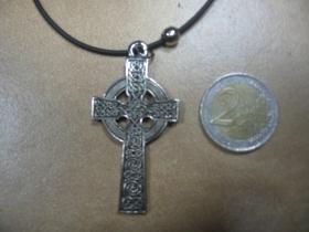 Gotický kríž  kovový chrómovaný prívesok na krk na plastikovej šnúrke s kovovým zapínaním