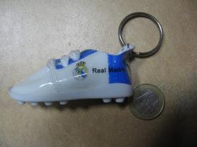 Real Madrid minikopačka,  plastová kľúčenka s kovovým krúžkom