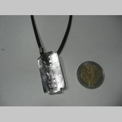žiletka  kovový chrómovaný prívesok na krk na plastikovej šnúrke s kovovým zapínaním