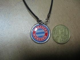Bayern Munich - znak kovový chrómovaný prívesok na krk na plastikovej šnúrke s kovovým zapínaním  Bayern Mníchov