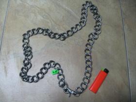 Hrubá kovová reťazová kľúčenka s karabínkou na nohavice