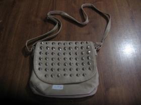 Dámska kabelka koženková, vybíjaná chrómovanými kuželmi, farba krémová, používaná - zánovná