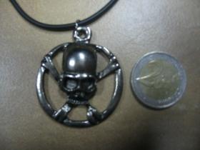 Lebka, smrtka  kovový chrómovaný prívesok na krk na plastikovej šnúrke s kovovým zapínaním