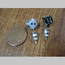 Náušnica kocka čierna a biela na výber, rozmery cca 5x5x5mm  materiál plast a oceľ,  cena za 1ks