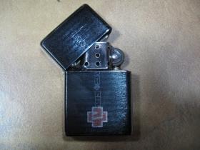 Rammstein doplňovací benzínový zapalovač s vypalovaným obrázkom (balené v darčekovej krabičke)