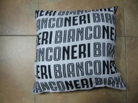 Juventus - Bianco Neri  vankúš rozmery cca. 40x40cm materiál povrch 100%bavlna, materiál vnútro 100%polyester