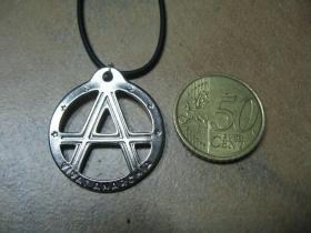 Vivat Anarchia kovový chrómovaný prívesok na krk na plastikovej šnúrke s kovovým zapínaním
