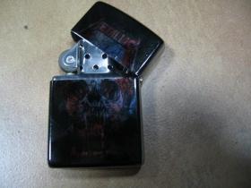 Metallica doplňovací benzínový zapalovač s vypalovaným obrázkom (balené v darčekovej krabičke)