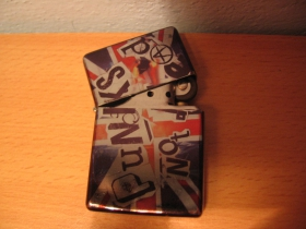 Punks not Dead, doplňovací benzínový zapalovač s vypalovaným obrázkom (balené v darčekovej krabičke)