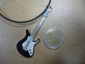 Gitara čiernobiela  kovový chrómovaný prívesok na krk na plastikovej šnúrke s kovovým zapínaním