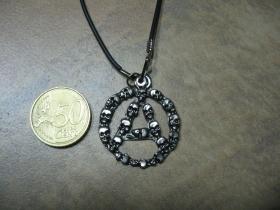 Anarchy - áčko v kruhu so smrtkami kovový chrómovaný prívesok na krk na plastikovej šnúrke s kovovým zapínaním