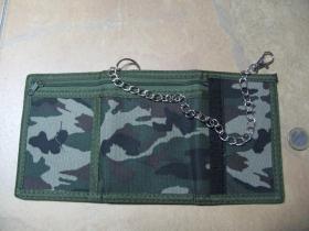maskáčová pevná textilná peňaženka s retiazkou a karabínkou