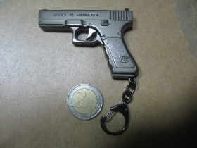 kovová imitácia pištole / revolveru  kľúčenka - prívesok, možnosť zavesiť šnúrkou na spätné zrkadlo v interiéri  auta