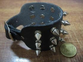 3.radový kožený náramok vybíjaný chrómovanými ostňami (nastaviteľný obvod)