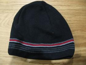 Stredne hrubá zimná čiapka čierna s červeno-bielo-šedým pruhovaním materiál 50%balna 50% akryl univerzálna veľkosť vo vnútri naviac zateplená!!!