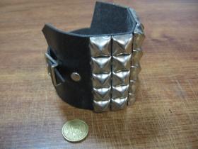5.radový kožený náramok vybíjaný chrómovanými pyramídkami (nastaviteľný obvod)