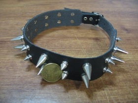 """kožený """"obojok"""" na krk vybíjaný chrómovaným kovovými ostňami 2. radový nastaviteľná veľkosť, zapínanie na pracku"""