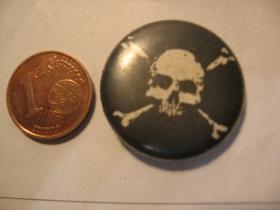 smrtka - lebka plechový klasický odznak s priemerom 25mm