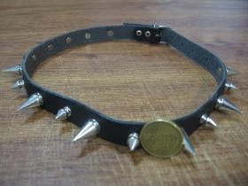 """kožený """"obojok"""" na krk vybíjaný chrómovaným kovovými ostňami 1. radový nastaviteľná veľkosť, zapínanie na pracku"""
