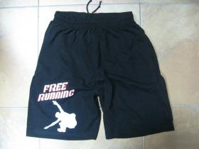 Free Running čierne teplákové kraťasy s tlačeným logom
