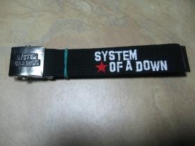System of a Down, hrubý čierny bavlnený opasok s vyšívaným logom kapely. Kovová posuvná pracka s vyrazeným logom. Univerzálna nastaviteľná veľkosť