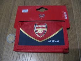 Arsenal London peňaženka s rozmermy cca. 12x7cm materiál 100% polyester, hlavné zapínanie na suchý zips, vo vnútri viacero prepážok vrátane zipsovej na mince