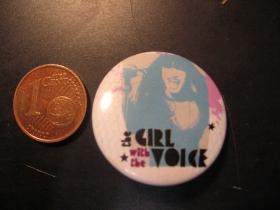 The Girl With The Voice plechový klasický odznak s priemerom 25mm