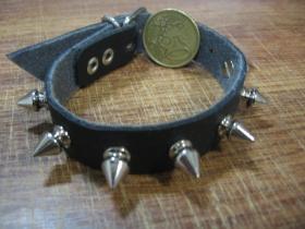 1.radový kožený náramok vybíjaný chrómovanými ostňami, zapínanie na pracku (nastaviteľný obvod)