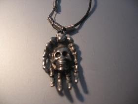 smrtka - lebka chrómovaný prívesok na krk na plastikovej šnúrke s kovovým zapínaním