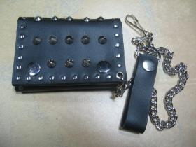 Vybíjaná kožená peňaženka so zapínaním na cvoky, s kovovou retiazkou a karabínkou