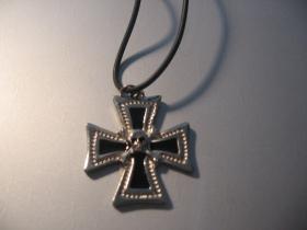 Templársky kríž so smrtkou v strede kovový chrómovaný prívesok na krk na plastikovej šnúrke s kovovým zapínaním