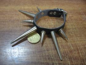 1.radový kožený náramok vybíjaný chrómovanými ostňami striedavo dlhými a kratšími, zapínanie na pracku (nastaviteľný obvod)