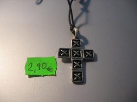 gotický kríž kovový chrómovaný prívesok na krk na šnúrke