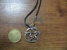 Pentagram kovový chrómovaný prívesok na krk na plastikovej šnúrke s kovovým zapínaním