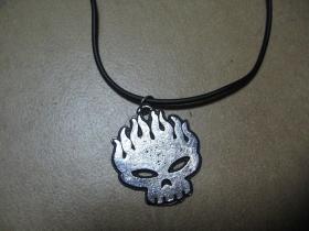 Offspring  kovový chrómovaný prívesok na plastikovej šnúrkes kovovým zapínaním